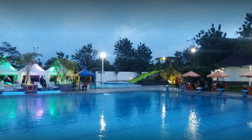 Kolam renang di Taman Parahyangan Bogor